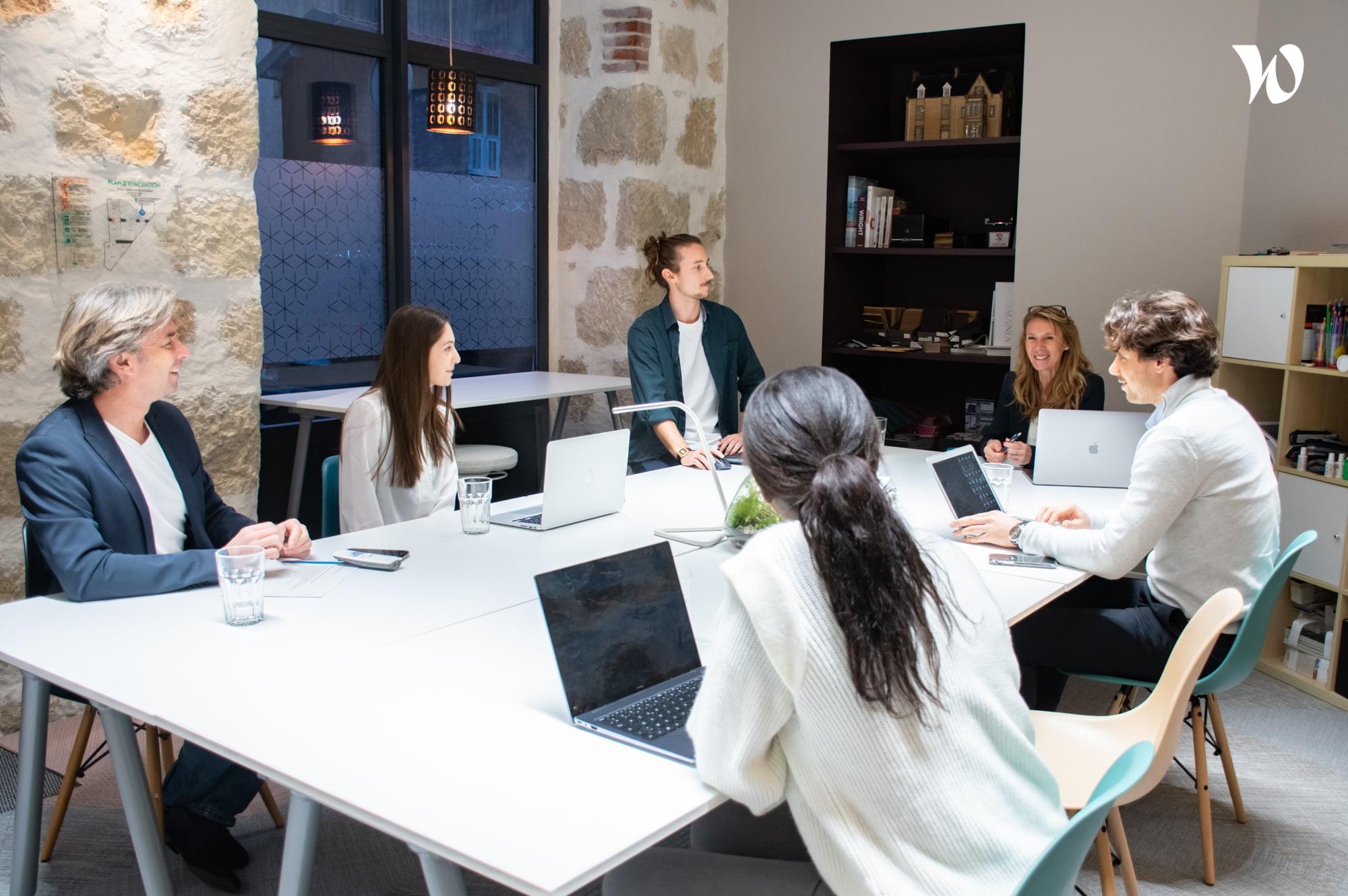 L'équipe Elégance au m2 se tient à votre disposition pour vos projets d'architecture d'intérieur ou commerciale.