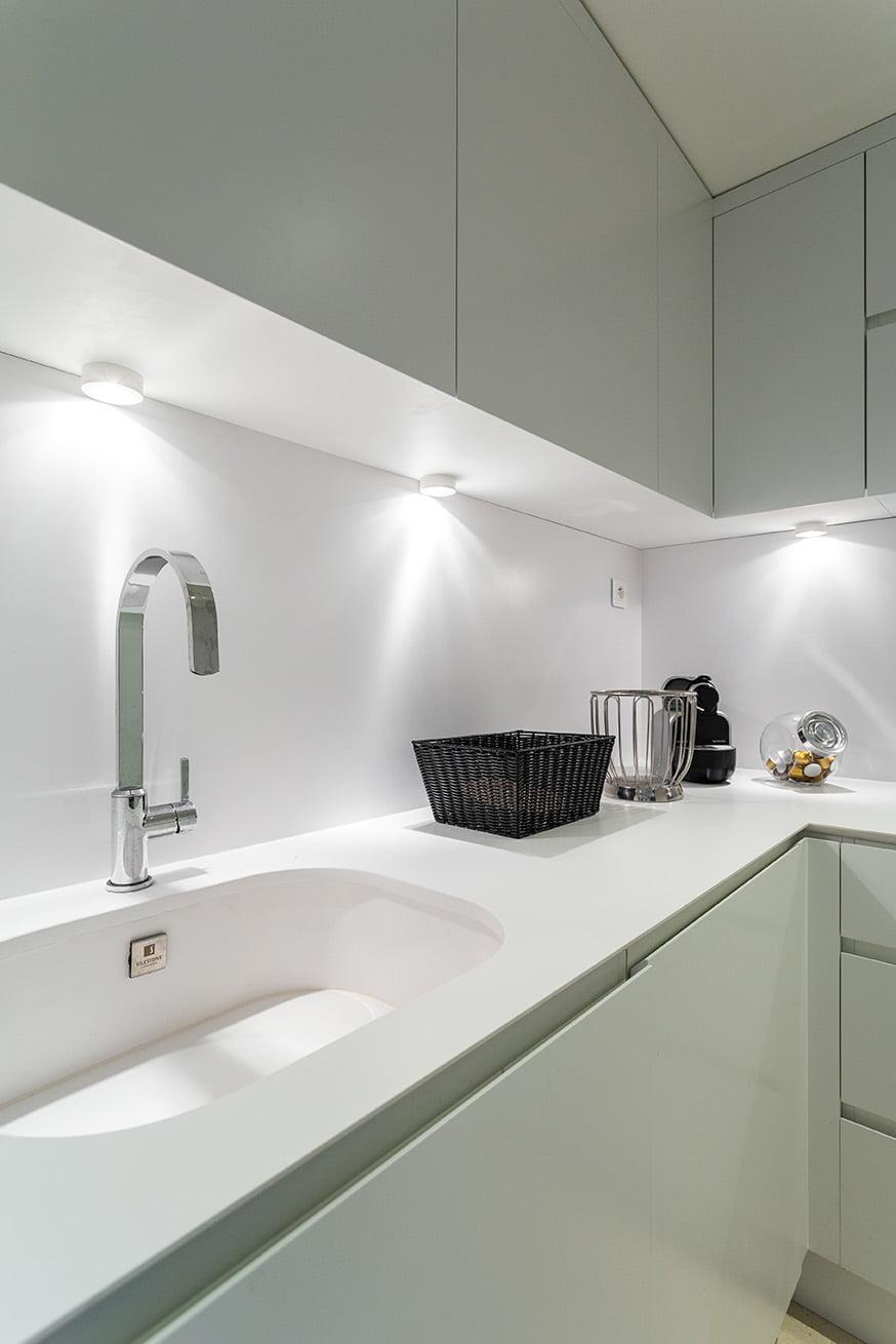 Conception d'une cuisine par Elégance au m2 pour l'aménagement intérieur d'un appartement à Cannes