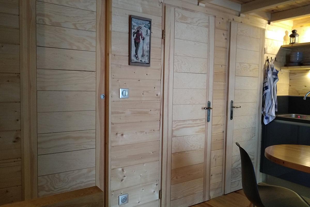 Structuration des espaces et optimisation de la petite surface de cette tiny house à Annecy par Elégance au m2