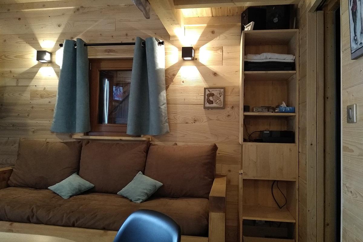 Coin salon aménagé par Elégance au m2 pour cette belle tiny house à Annecy