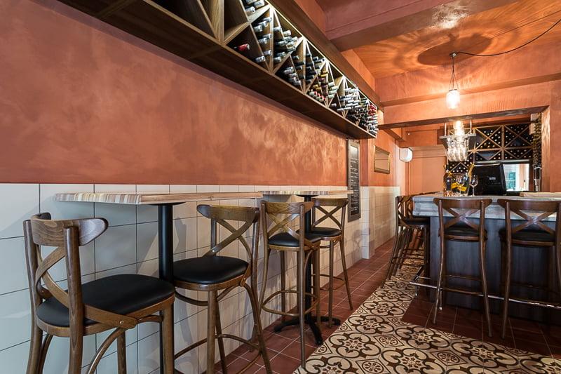 Mobiliers sélectionnés avec soin par Elégance au m2 pour ce beau bistrot provençal à Aix-en-Provence.