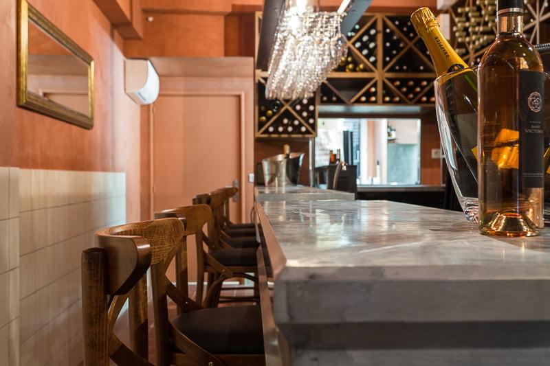 Beau comptoir en marbre pour l'agencement intérieur d'un bistrot provençal à Aix-en-Provence par Elégance au m2